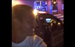 Thanh niên cướp xe cảnh sát bỏ chạy, vừa livestream lên Facebook vừa nghêu ngao hát