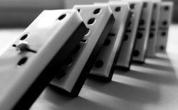 Hiệu ứng Domino và bí quyết tạo lập chuỗi các thói quen tích cực trong cuộc sống