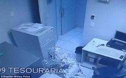 2 tên trộm sử dụng cách không thể tin nổi để qua mặt hệ thống báo động của ngân hàng
