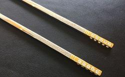 Ăn xong bữa ăn này, bạn sẽ được cầm về đôi đũa đính kim cương trị giá 17.000 USD