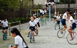 Người Nhật giáo dục trẻ em tự lập bằng cách đi xe đạp một bánh, tại sao lại thế?