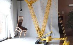 Chỉ là đồ chơi Lego thôi nhưng chiếc cần cẩu này có thể cẩu được hẳn một chiếc ghế gỗ
