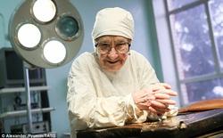 Vị bác sĩ này đã gần 90 tuổi, nhưng bà vẫn thực hiện 4 ca phẫu thuật mỗi ngày