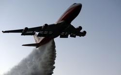 """Xem máy bay Boeing 747 mang theo 75 mét khối chất làm chậm cháy xử lý """"Đại thảm họa"""" cháy rừng ở California"""