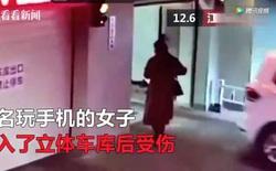 Trung Quốc: Đi vào thang máy dành cho ô tô, ngã lộn cổ vào đài phun nước vì mải nhìn điện thoại