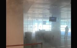 Tức giận vì không được mang lên máy bay, hành khách quăng sạc dự phòng xuống sàn, nổ như bom khói
