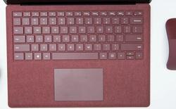 Lớp vải Alcantara trên Surface Laptop không khác gì đồ hiệu cao cấp, chống được cả nước nhưng hãy biết cách chăm sóc nó