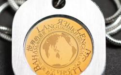 Chiếc vòng nhỏ bé kích cỡ 2cm này chứa dữ liệu của 1.500 ngôn ngữ trên thế giới