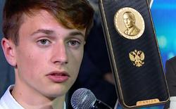 """Hỏi khó Tổng thống Nga Putin, thanh niên """"cứng"""" nhất năm 2017 nhận ngay phần thưởng là iPhone 7 vàng trị giá 71 triệu"""