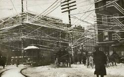 """Ở New York thế kỷ thứ 19, dây điện cũng """"chăng tơ"""" y như Hà Nội bây giờ, cho đến khi người Mỹ tìm ra cách xóa bỏ điều đó"""