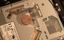 Phát hiện ra những đồng xu kì lạ bên trong MacBook của Apple, không ai hiểu tại sao