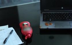 Vết bẩn khó chịu trên laptop, làm sao xử lý?