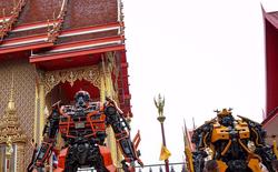 Tượng Transformers khổng lồ cao 8m đặt tại cổng chùa ở Thái Lan khiến du khách thích thú