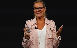 Nữ Giám đốc bán lẻ của Apple vừa diện chiếc áo khoác đắt bằng... 3 chiếc iPhone X lên sân khấu