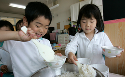 Bữa trưa không đơn giản là ăn cho no bụng, đó là một phần quan trọng trong cách giáo dục trẻ em của người Nhật