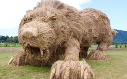 """Khỉ đột, cá sấu, sư tử khổng lồ bỗng dưng """"xâm chiếm"""" vùng quê Nhật Bản sau mùa gặt lúa"""