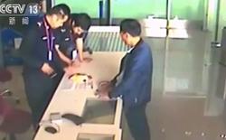 """Hành khách Trung Quốc """"tỉnh bơ"""" mang áo phao cứu sinh xuống máy bay để lần sau dùng tiếp"""