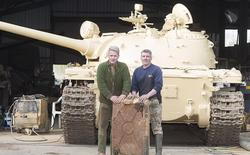 """Mua xe tăng cũ với giá đồng nát, """"ông bố nhà người ta"""" tìm thấy 5 thỏi vàng trị giá 2,4 triệu đô la trong thùng xăng"""