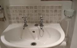Tại sao bồn rửa mặt tại Anh lại vừa có vòi nóng, vừa có vòi lạnh?