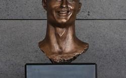 """Cristiano Ronaldo """"khóc thét"""" với bức tượng vinh danh mình tại quê nhà"""