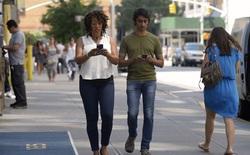 Một thành phố ở Mỹ phạt tiền người đi bộ dùng điện thoại