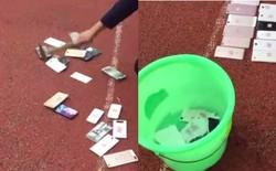 Trung Quốc: Không tuân thủ nội quy, điện thoại di động của học sinh bị tịch thu, đập vỡ bằng búa rồi vứt vào xô nước
