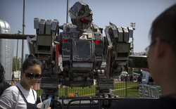 Robot Tôn Ngộ Không của Trung Quốc xin tham gia trận chiến giữa hai robot của Mỹ và Nhật Bản