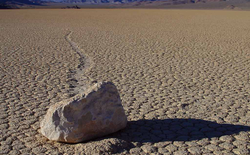 Hòn đá tự di chuyển dù không ai động vào khiến các nhà khoa học đau đầu suốt mấy thập kỷ