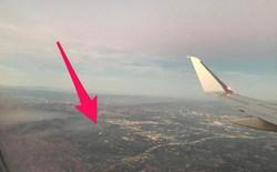 """Đang ngồi trong máy bay, hành khách bất ngờ phát hiện một chiếc Drone đang """"lượn lờ"""" gần cửa sổ"""