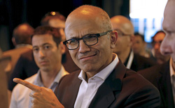 """CEO Microsoft từng từ bỏ tấm """"thẻ xanh"""" cực kỳ quý giá vì tình yêu"""