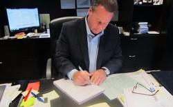 Sếp nhà người ta: Mỗi năm ngồi viết 7.400 tấm thiệp chúc mừng sinh nhật nhân viên để... bày tỏ lòng biết ơn