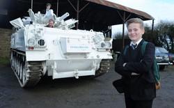 Đây là 2 cậu nhóc oai nhất hành tinh – hàng ngày được bố đưa đi học bằng xe tăng