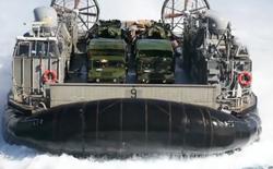 """Bộ Quốc phòng Hoa Kỳ tung video cho ta thấy tàu đổ bộ đệm khí của mình """"lợi hại"""" tới mức nào, mang được cả xe tăng lên bờ"""