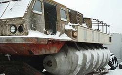 Chiếc xe quân sự của Nga này không ngán bất cứ thứ gì, kể cả cây to mọc giữa đường
