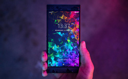 Cận cảnh Razer Phone 2: Mặt lưng bằng kính, logo phát sáng hiệu ứng Chroma, kích thước không thay đổi