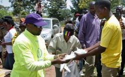 Kanye West tặng hàng trăm đôi Yeezy BOOST 350 V2 cho trẻ mồ côi ở Uganda, Tổng thống cũng được 1 đôi