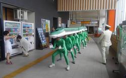 Những người đàn ông này không bị dở hơi, họ cosplay đoàn tàu siêu tốc của Nhật vì lý do cực kỳ nhân văn
