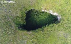 Xuất hiện hố tử thần sâu 118 mét tại vùng rừng núi Trung Quốc, để lộ hệ thống hang động khổng lồ rộng 6,8 triệu mét khối