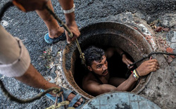 Xem chùm ảnh công nhân ngụp lặn trong những ống cống hôi thối ở Ấn Độ, ta thấy mình còn may mắn chán!