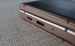 Chiếc điện thoại nắp gập này là bài test cho việc loại bỏ jack cắm tai nghe trên Galaxy S10?