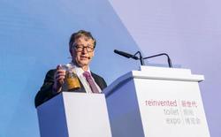 Bill Gates cầm lọ phân người lên sân khấu thuyết trình về bệ xí tương lai