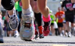 Chuyện chỉ có ở Trung Quốc: Vận động viên gian lận đường chạy marathon bằng cách chạy tắt qua dải phân cách cho nhanh