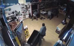 Góc siêu trộm: 4 kẻ đột nhập cửa hàng và lấy đi lô máy ảnh trị giá 50.000 USD chỉ trong 53 giây!