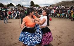 Người dân Peru đánh nhau tay bo để chào năm mới, bõ tức lại ôm nhau làm hòa