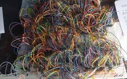 Nhìn đống dây điện chằng chịt này bạn sẽ không thể ngờ rằng đó là một bộ vi xử lý 8-bit tự chế từ linh kiện rác