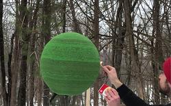 """Redditor này """"dành cả thanh xuân"""" để biến 42.000 que diêm thành quả cầu khổng lồ rồi đốt nó đi"""