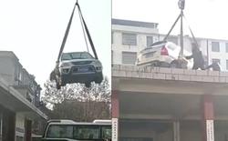 Trung Quốc: Chiếc SUV bị cẩu lên nóc nhà vì đỗ ngang trái giữa bến xe bus