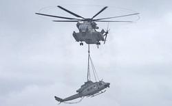 Xem cảnh trực thăng khổng lồ nhấc bổng…chiếc trực thăng cỡ nhỏ cứ nhẹ như bế trẻ con vậy