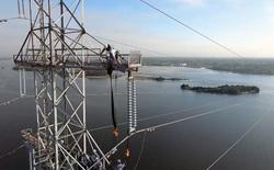 Hóa ra đây là cách đội ngũ kỹ sư Mỹ xử lý khi đường dây điện cao thế thấp hơn tàu chở hàng