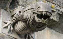 Trên mái nhà thờ từ thế kỷ thứ 12, có tượng đá nhìn giống hệt Xenomorph trong Alien khiến dân tình khó hiểu